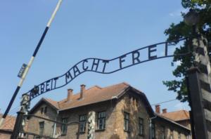 Rendhagyó kéréssel fordult látogatóihoz az auschwitzi emlékmúzeum