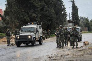 Bombát dobott izraeli katonákra két palesztin, lelőtték őket