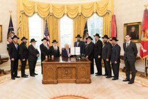 Donald Trump megünnepelte az Oktatás napját a Rebbe születésnapján