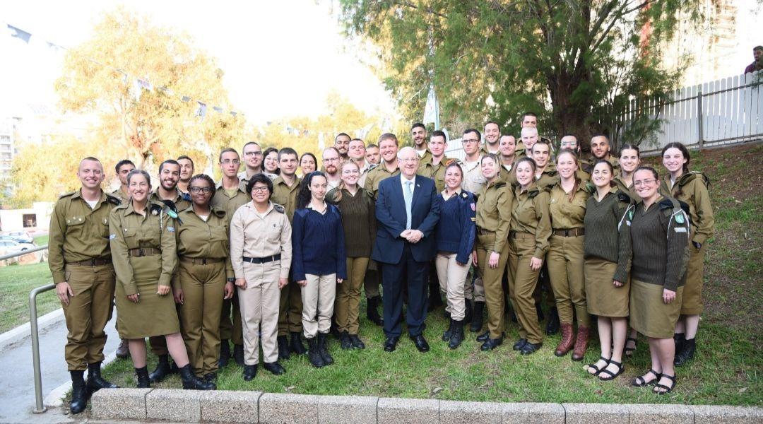 Magányos katonákkal széderezett Izrael elnöke