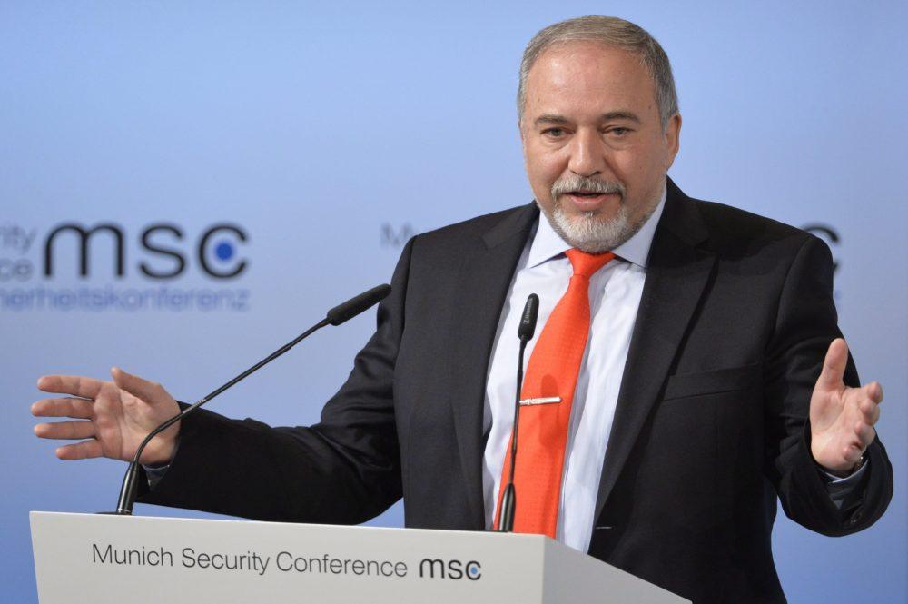 """Liberman beállt a törvényjavaslat mögé, ami """"elkaszálná"""" Netanjahut"""