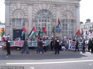 Zsidó boltokat zárattak be palesztinpárti aktivisták az Egyesült Királyságban