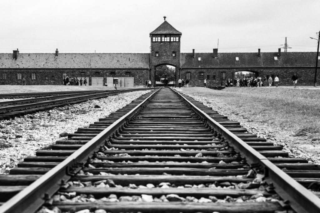 Angolul is megjelenik az egyetlen, Auschwitzban írt regény