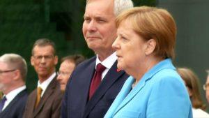 Videóra vették, amint harmadszor is megremegett a német kancellár