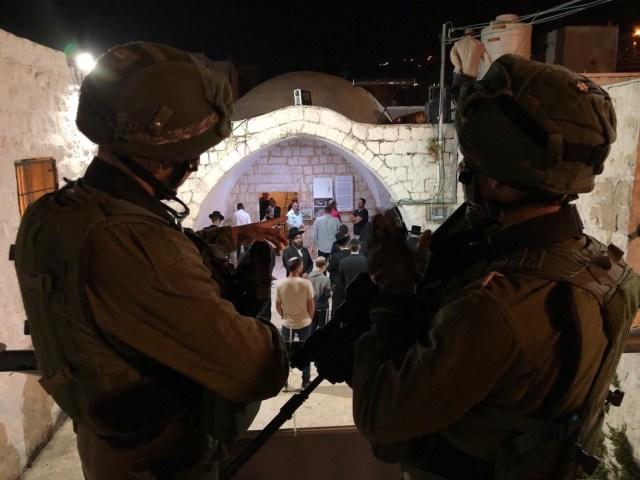 József sírjánál imádkozott 1200 zsidó, palesztinok megdobálták őket