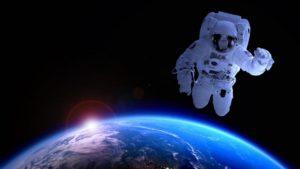 Zsidó nő sétál a világűrben
