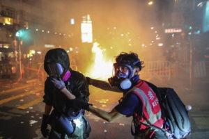 Ismét éles lőszert használnak a rendőrök Hongkongban
