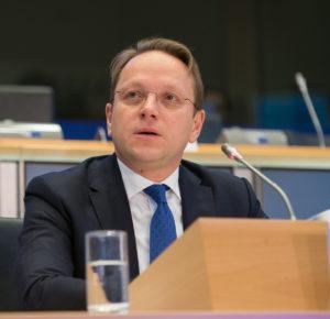 Nem határolódott el Orbántól, mégis EU biztos lesz Várhelyi