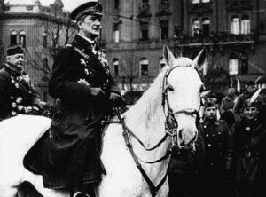 """""""Mocskos nácik"""" – ellentüntetők fogadták a szélsőjobbos Horthy-rendezvényt"""