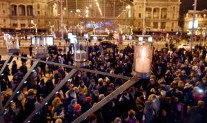 Fellobbant a hanuka első lángja Budapesten