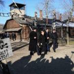 Német skizo: Merkel Auschwitzban, a Hamász Berlinben