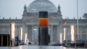 Eltüntetik a Reichstag elől a holokauszt áldozatait meggyalázó installációt