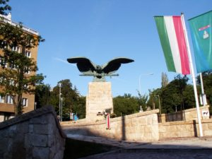 Mi haszna egy Turul-emlékműnek?