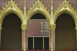 Elfogadta a parlament a koronavírus elleni védekezésről szóló törvényt