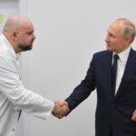 Koronavírusos orvossal rázott kezet Putyin
