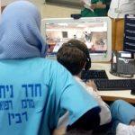 Mesterséges intelligenciával, fertőtlenítő robottal küzd Izrael a járvány ellen