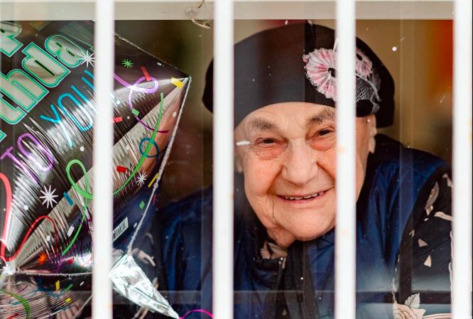 Egy debreceni holokauszt-túlélő New York-i karanténban ünnepelte 92. születésnapját