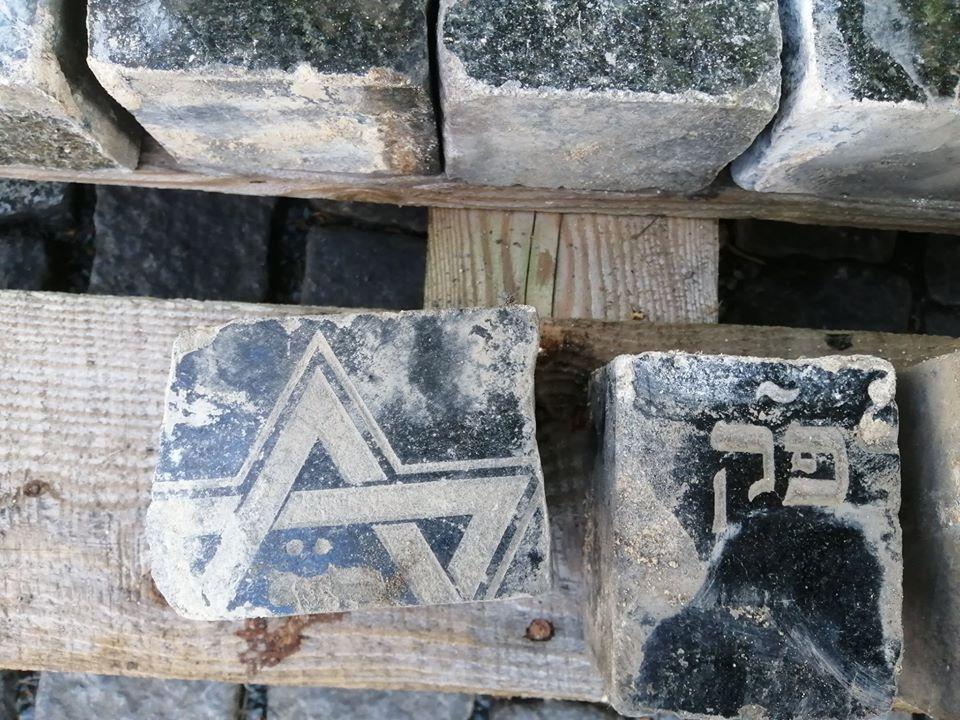 Felszedik a zsidó sírkövekből faragott utcaköveket Prágában