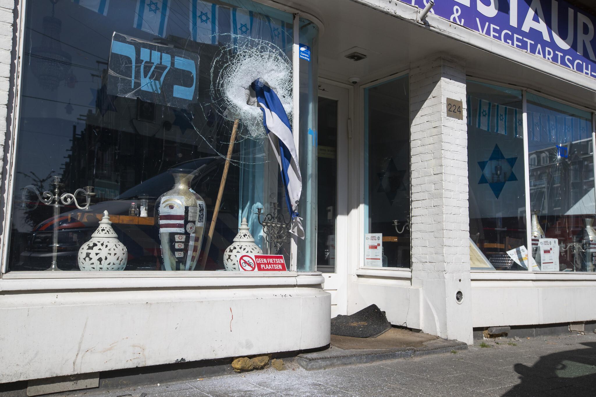 Hősiesen állja a sorozatos vandáltámadásokat egy amszterdami kóser étterem