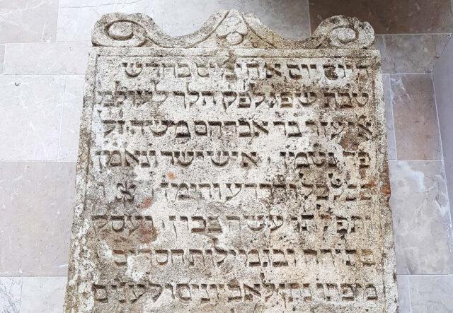 Négyszáz éves zsidó sírokat találtak egy osztrák kastély falában