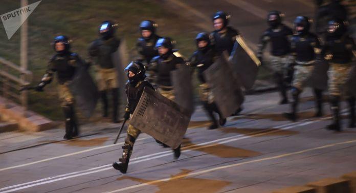 Rendőri erőszak Minszkben, Litvániába menekült az ellenzék vezetője