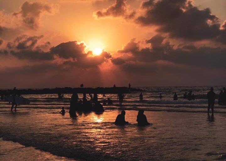 Elárasztották Izrael partjait a palesztin fürdőzők, aggódnak a vezetőik