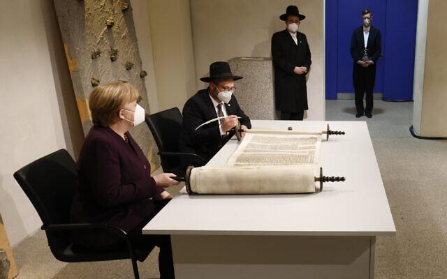 Angela Merkel részt vett egy Tóratekercs befejezésének ünnepségén