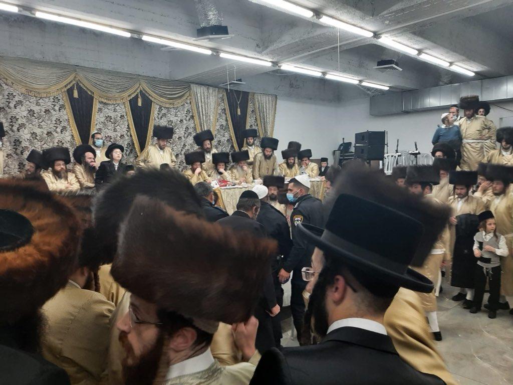 Izraeli rendőrök egy zsúfolt esküvő feloszlatása helyett áldást kértek a rebbétől