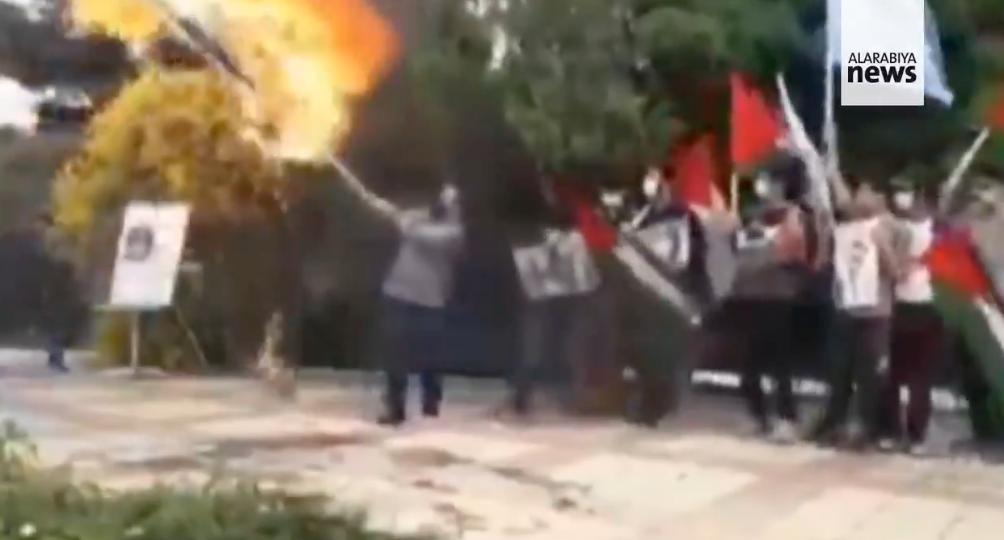 Kínos: felgyulladt egy iráni férfi, miközben izraeli zászlót égetett