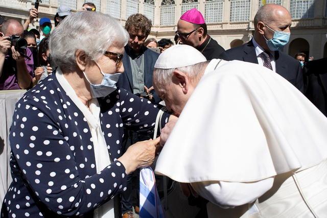 Videó: A pápa megcsókolta a tetovált rabszámot egy holokauszttúlélő karján