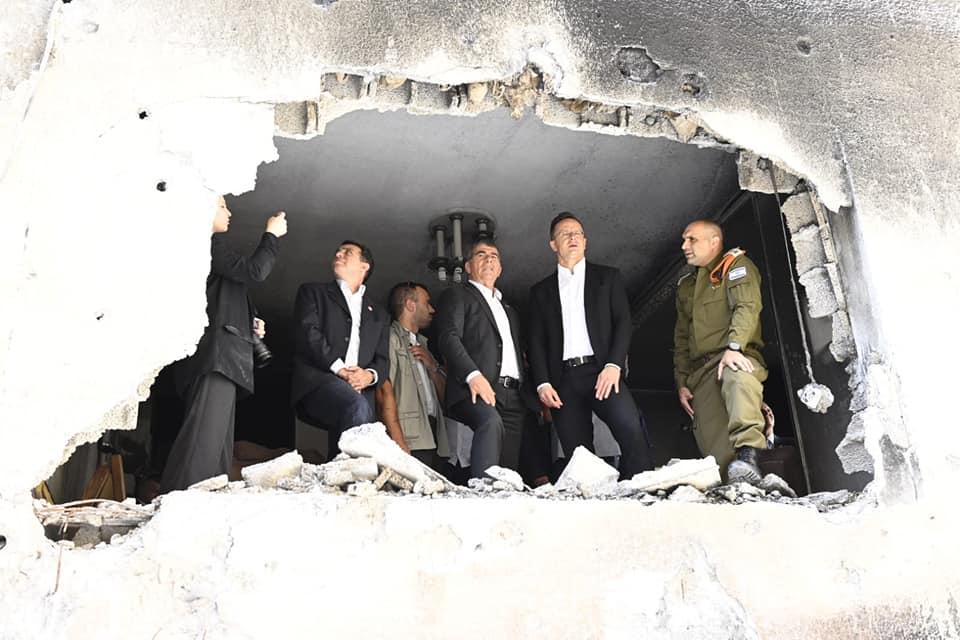 A Hámász által rakétával eltalált épület romjait látogatta meg Szíjjártó Péter Izraelben (Videó)