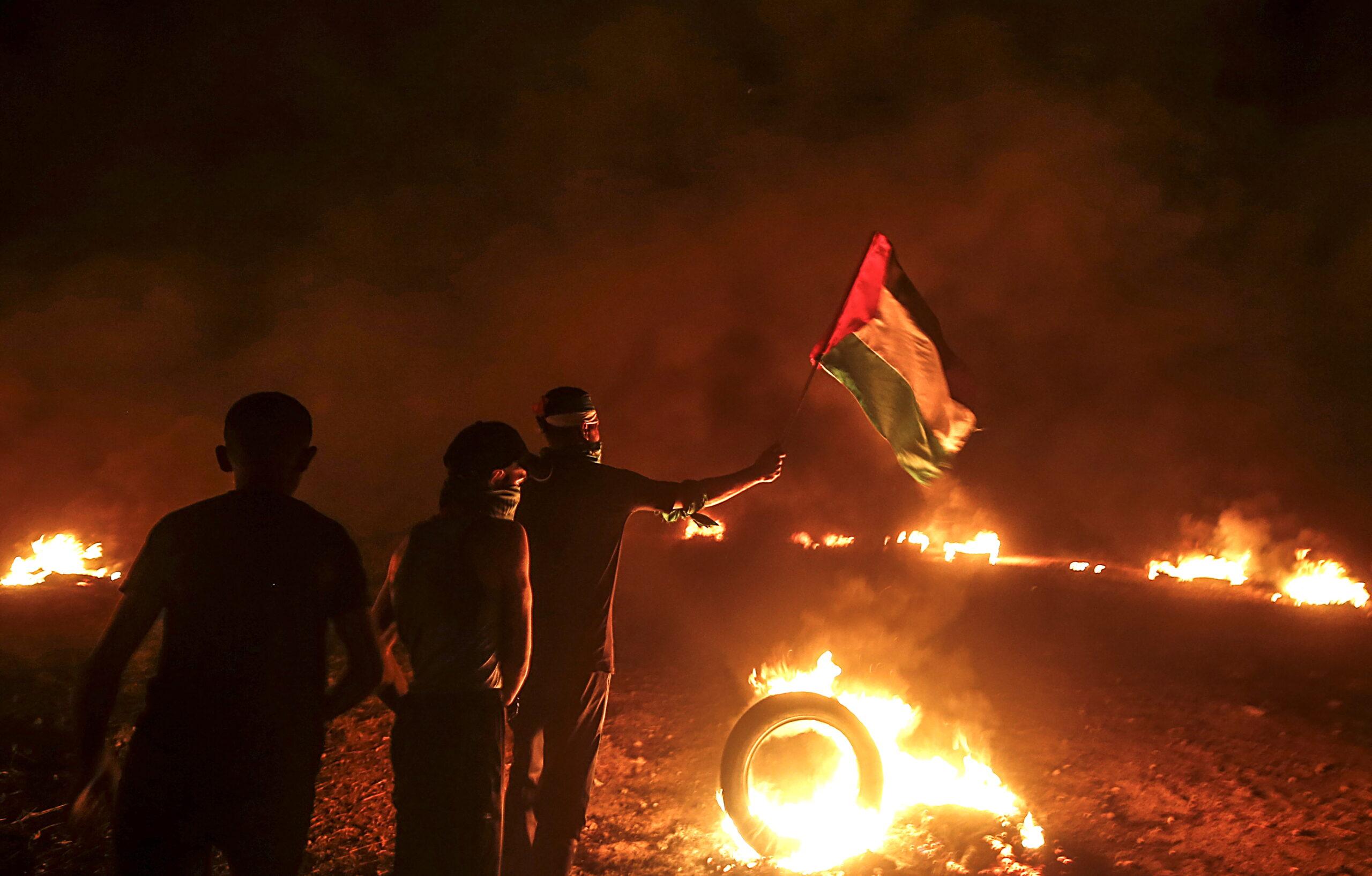 Izrael légicsapásokkal válaszolt a gázai határnál zajló zavargásokra és a terrorléggömbökre