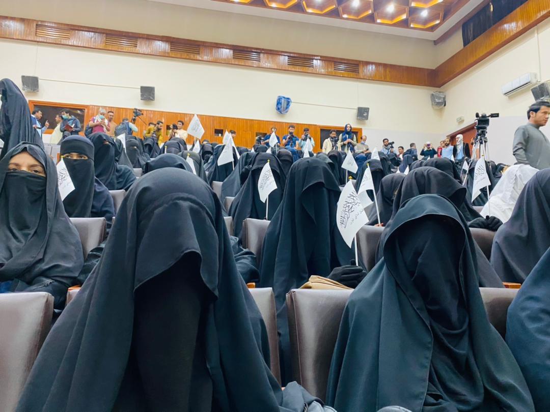 Kabulban tálib-párti nők tüntettek, miközben a női köztisztviselőket eltiltják a munkától