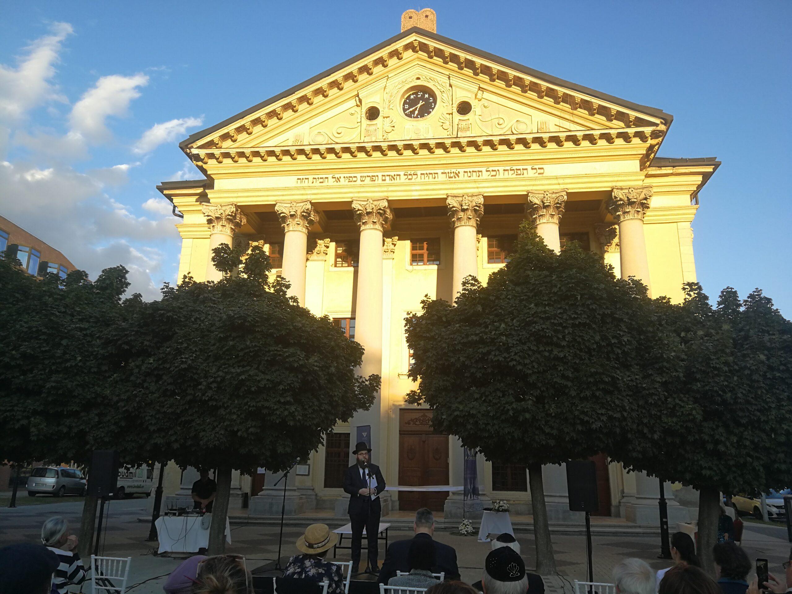 Időkapszulával és színházzal köszöntötték a 200 éves Óbudai Zsinagógát