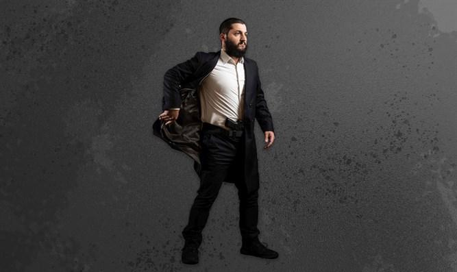 Egy chábád rabbi olyan sábeszi kaftánt tervezett, amihez lehet pisztolyt viselni