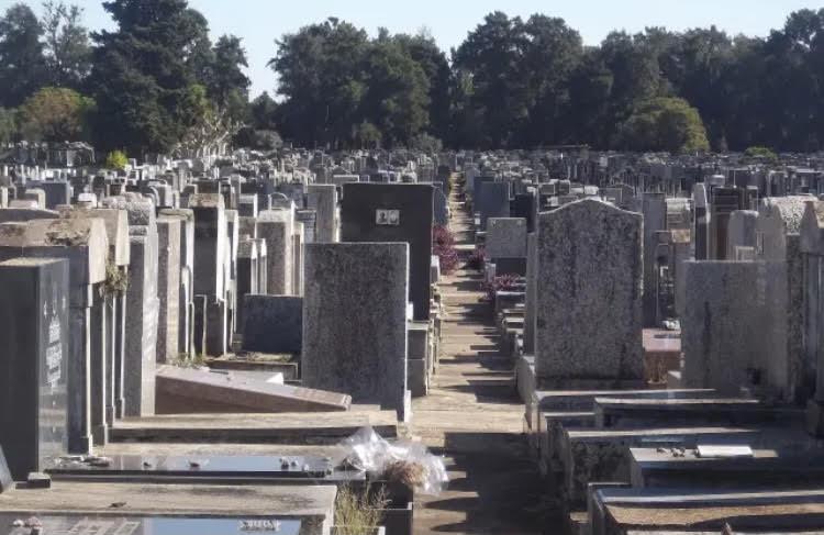 Keresztények és muszlimok fogtak össze, hogy eltüntessék a zsidó temetőből a graffitiket